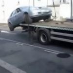 Non vuole pagare la multa, salta con l'auto dal carro attrezzi